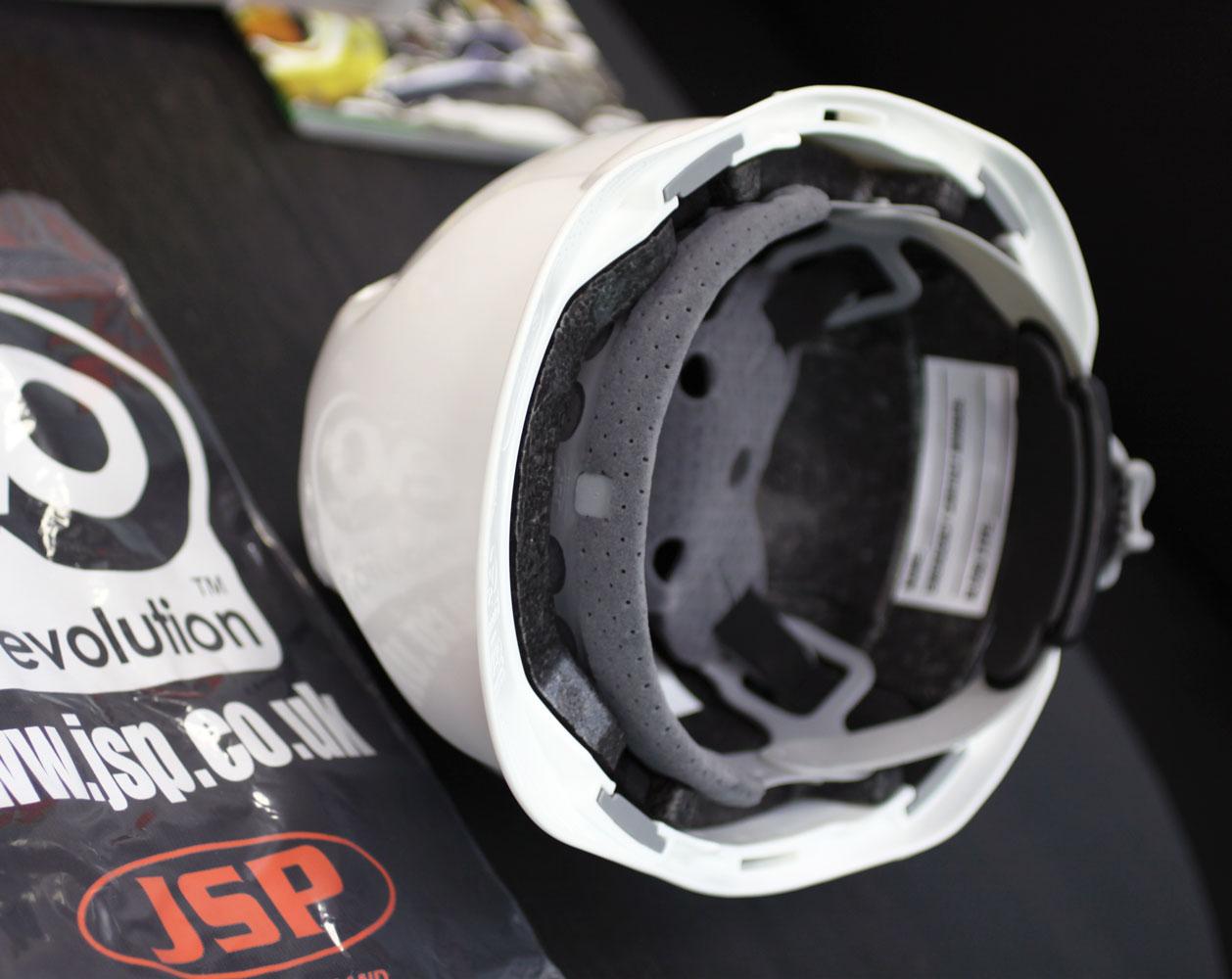 Макро фотография каски JSP MK-8 с фирменным пакетом